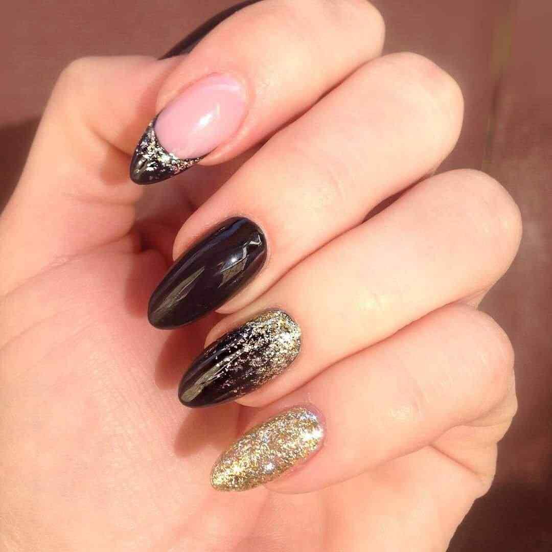 uñas decoradas negras con dorado
