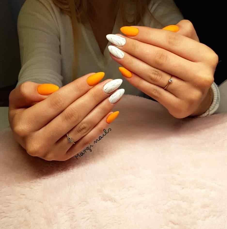 uñas naranja y blancas para halloween