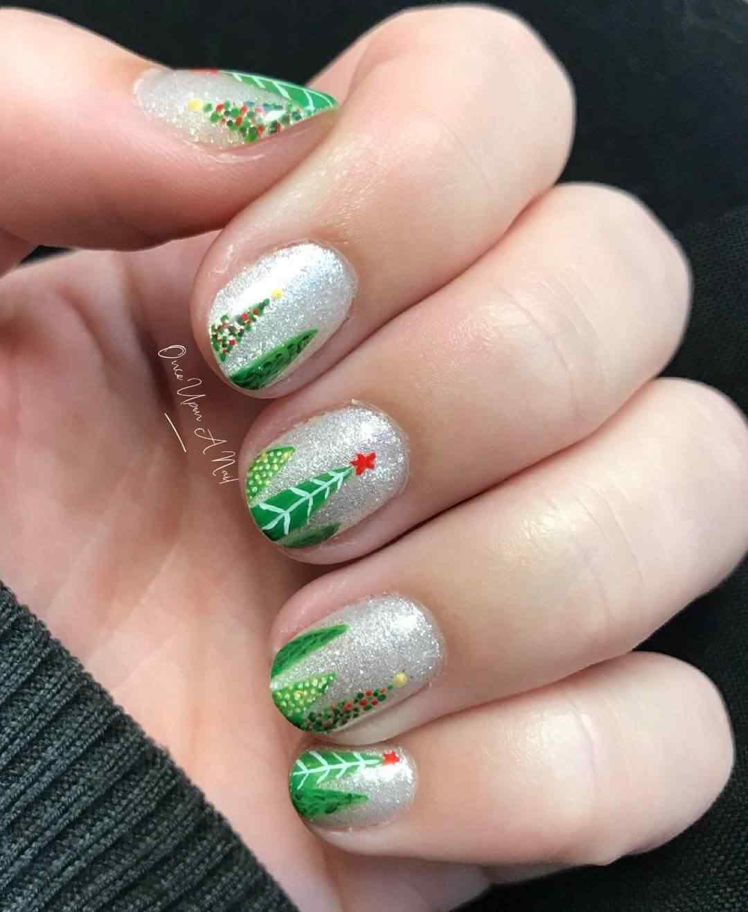 uñas navideñas decoradas con arbol