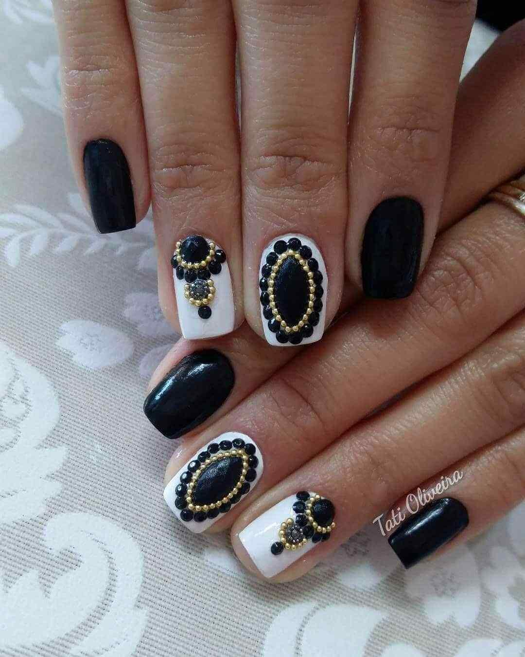 uñas negras con piedras