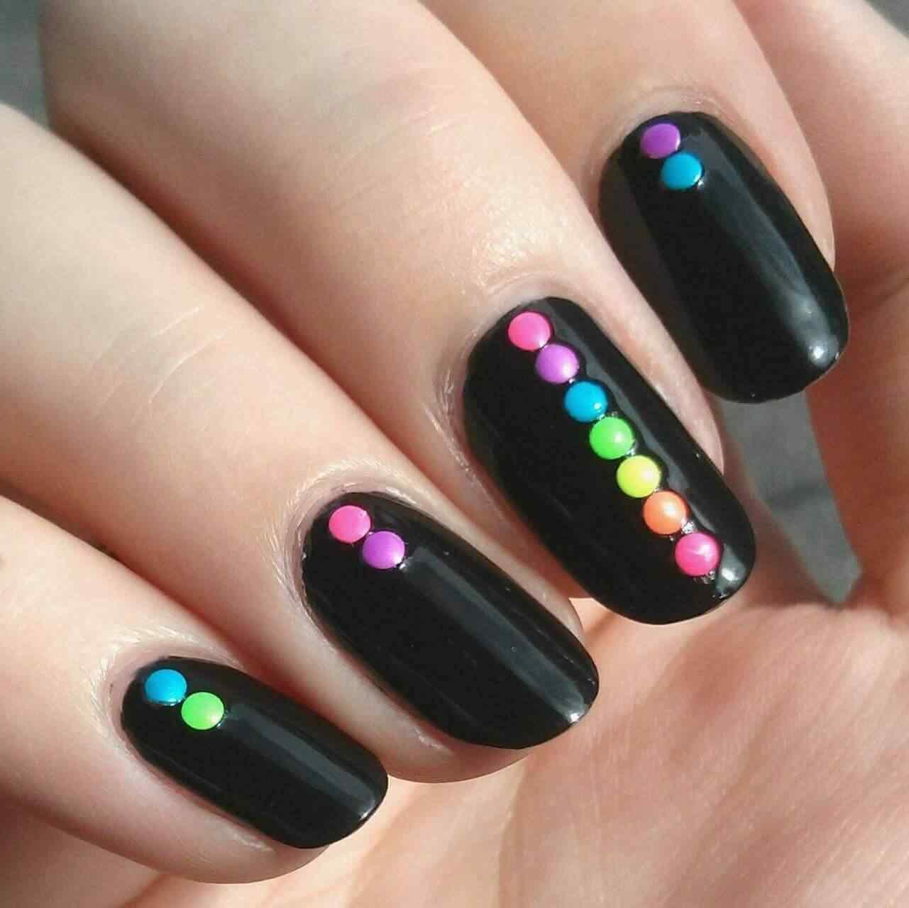 uñas negras sencillas con puntos de colores