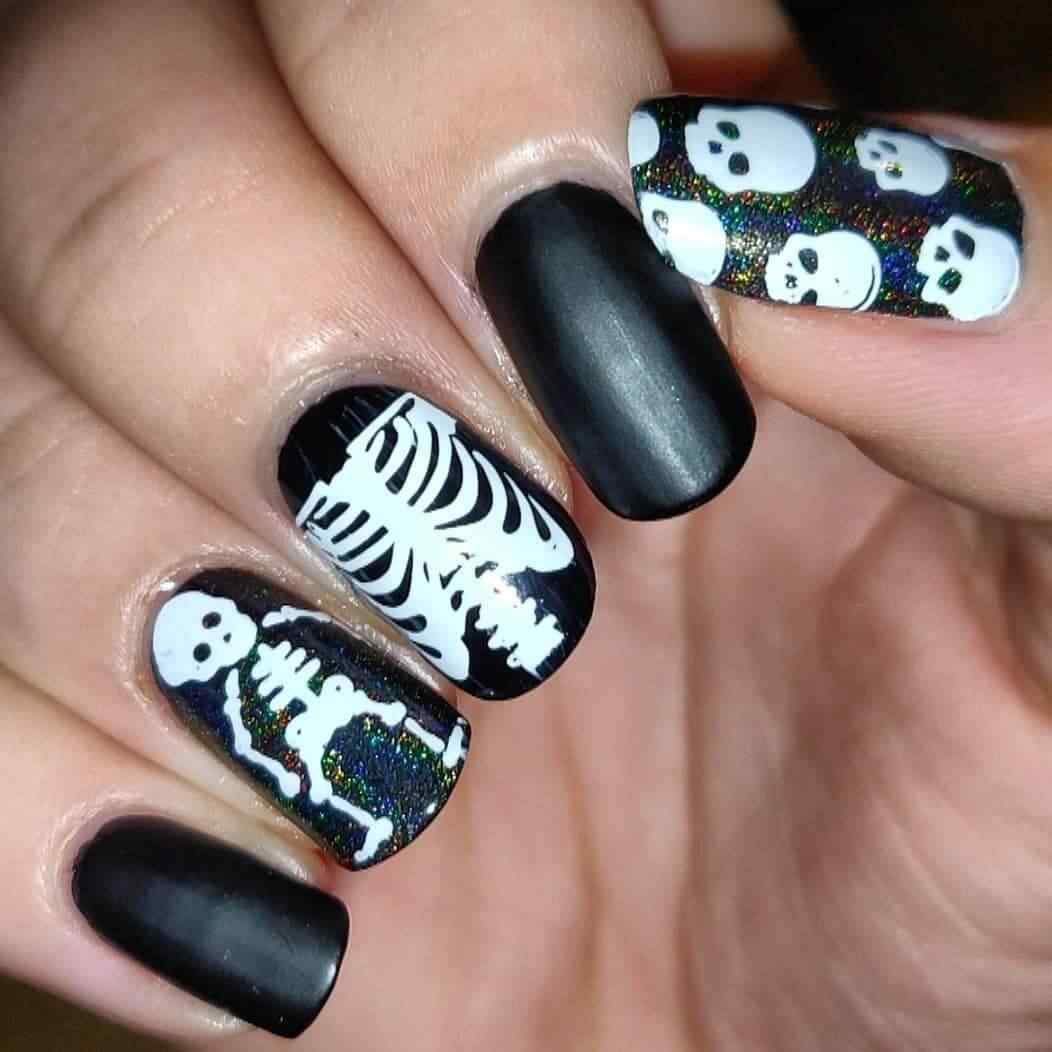 uñas para halloween con esqueletos