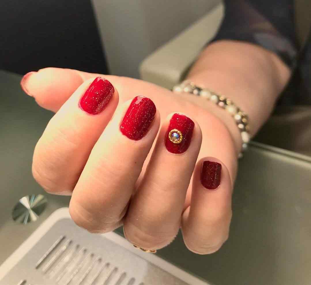 uñas rojas de navidad con piedras