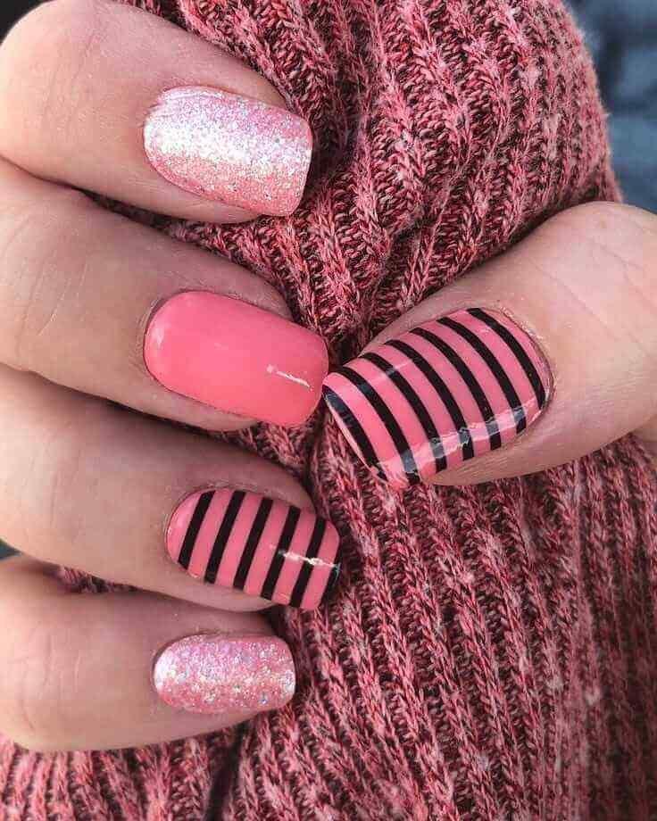 uñas rosa con lineas negras