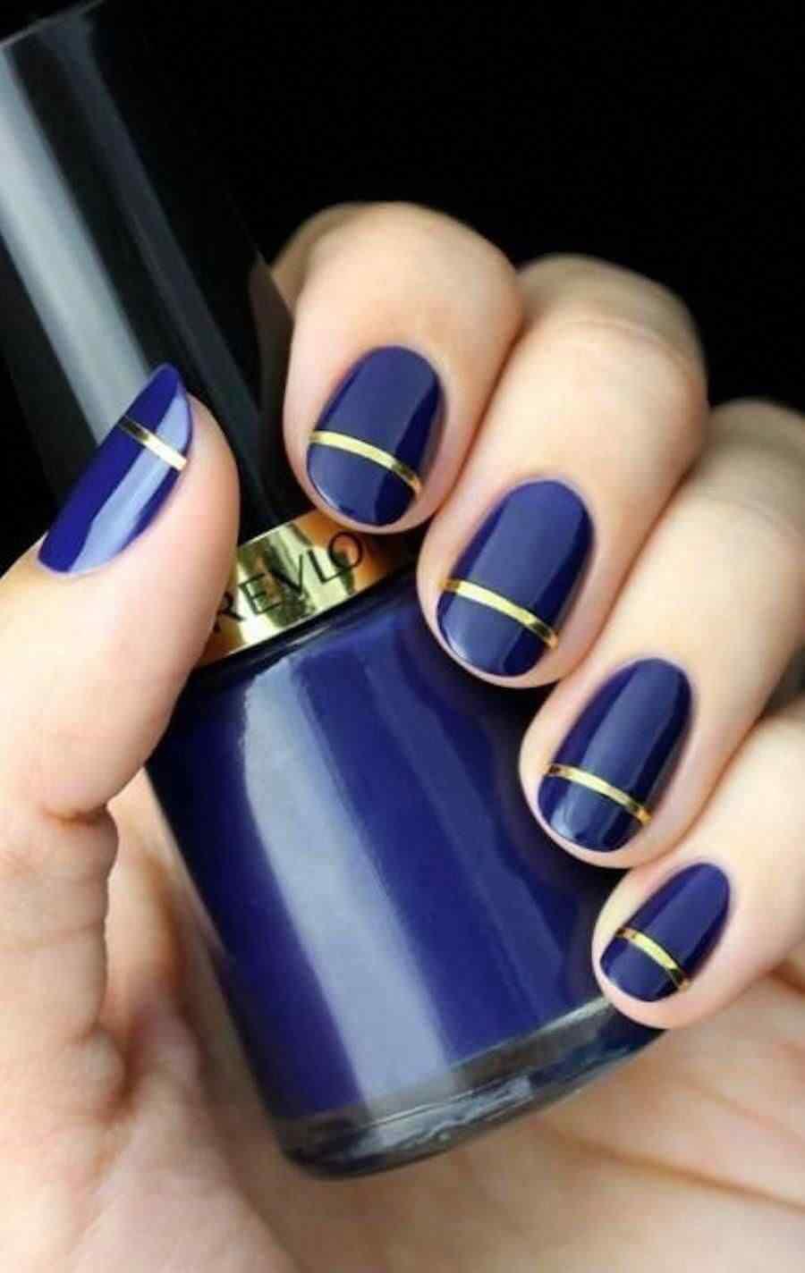uñas sencillas azules con cinta dorada