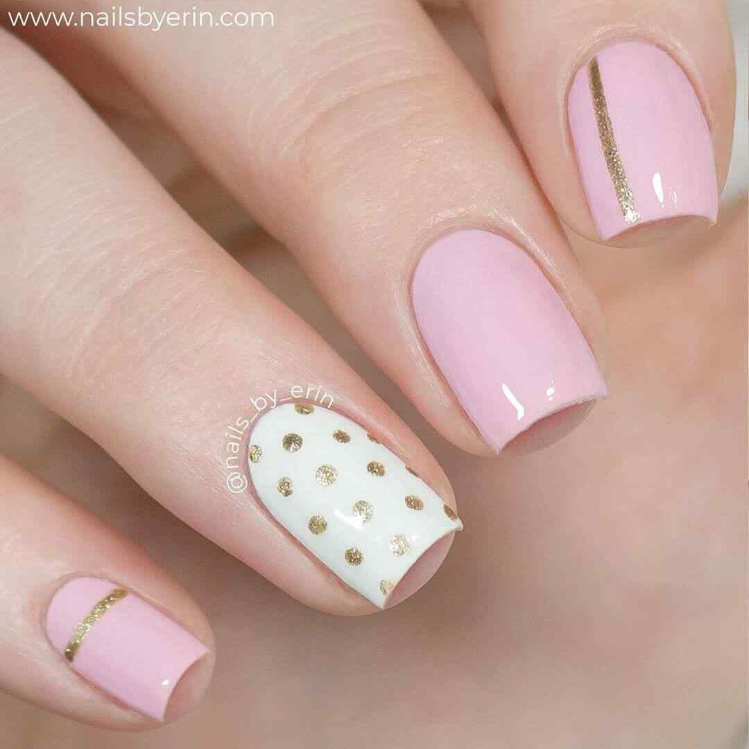 uñas sencillas rosa y blanco con puntos dorados