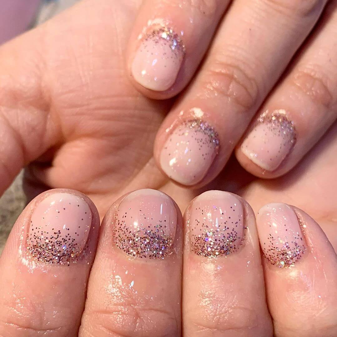 uñas cortas sencillas con glitter o brillo