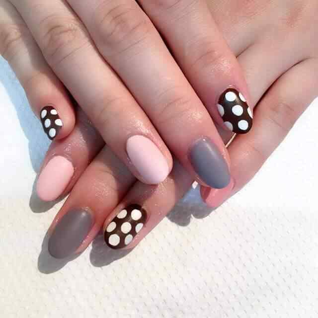 En color gris, rosa, negro y lunares
