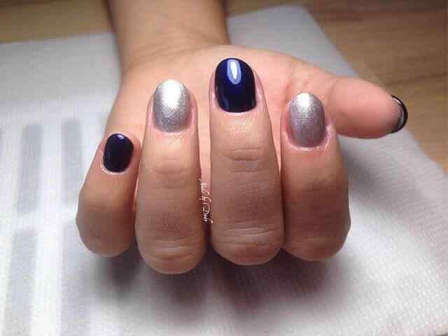 uñas cortas azul y plateadas
