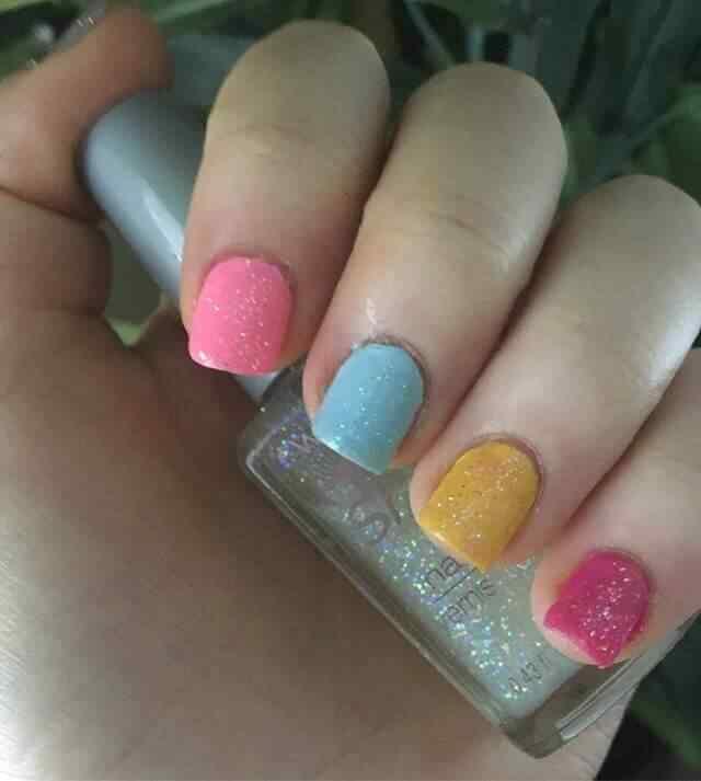 uñas cortas de colores con brillos