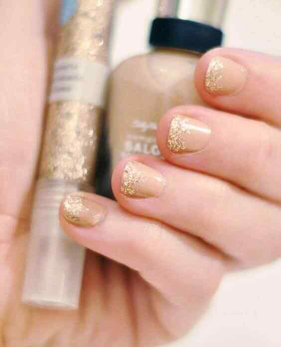 uñas cortas elegantes doradas