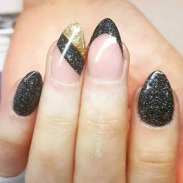 uñas cortas negras con dorado