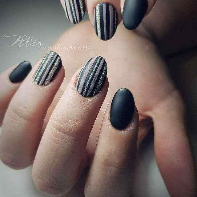 uñas cortas negras con rayas