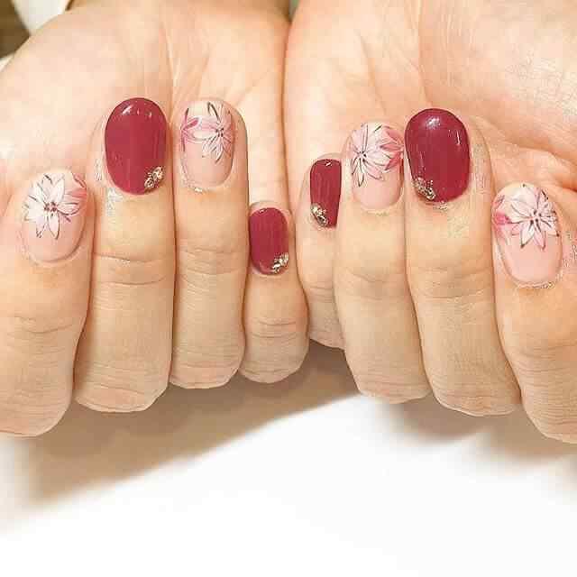 uñas cortas rojas con flores
