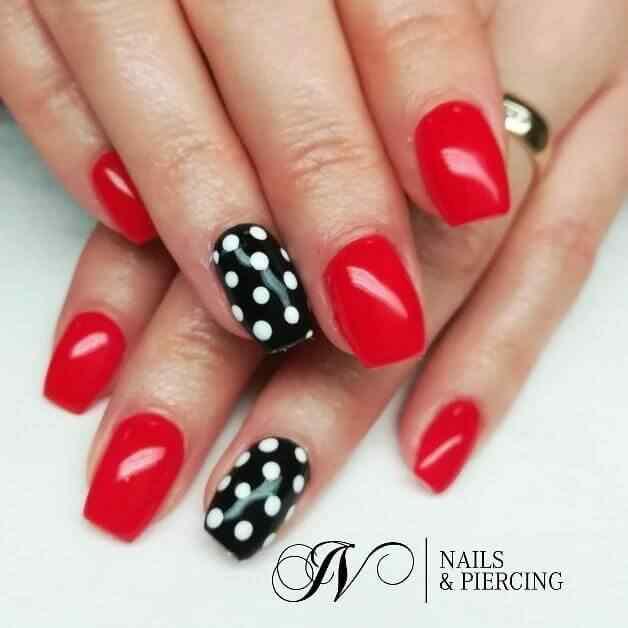 uñas cortas rojas y negras con lunares