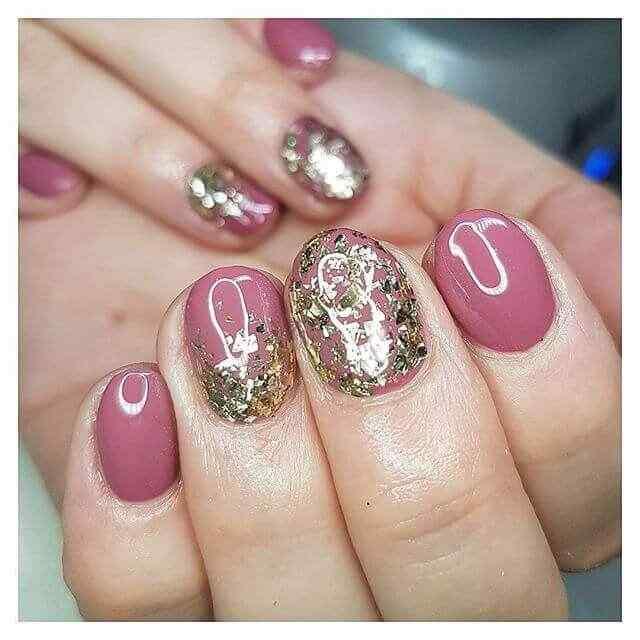 uñas cortas rosa con brillos