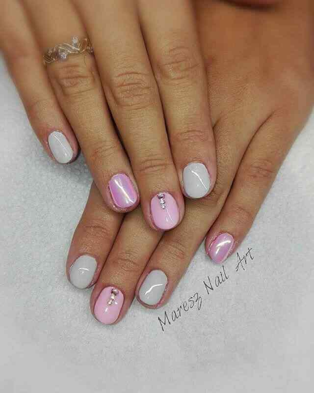 uñas cortas rosa con piedritas