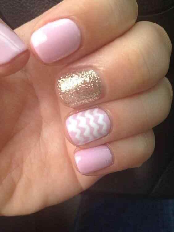 uñas cortas rosa y dorada