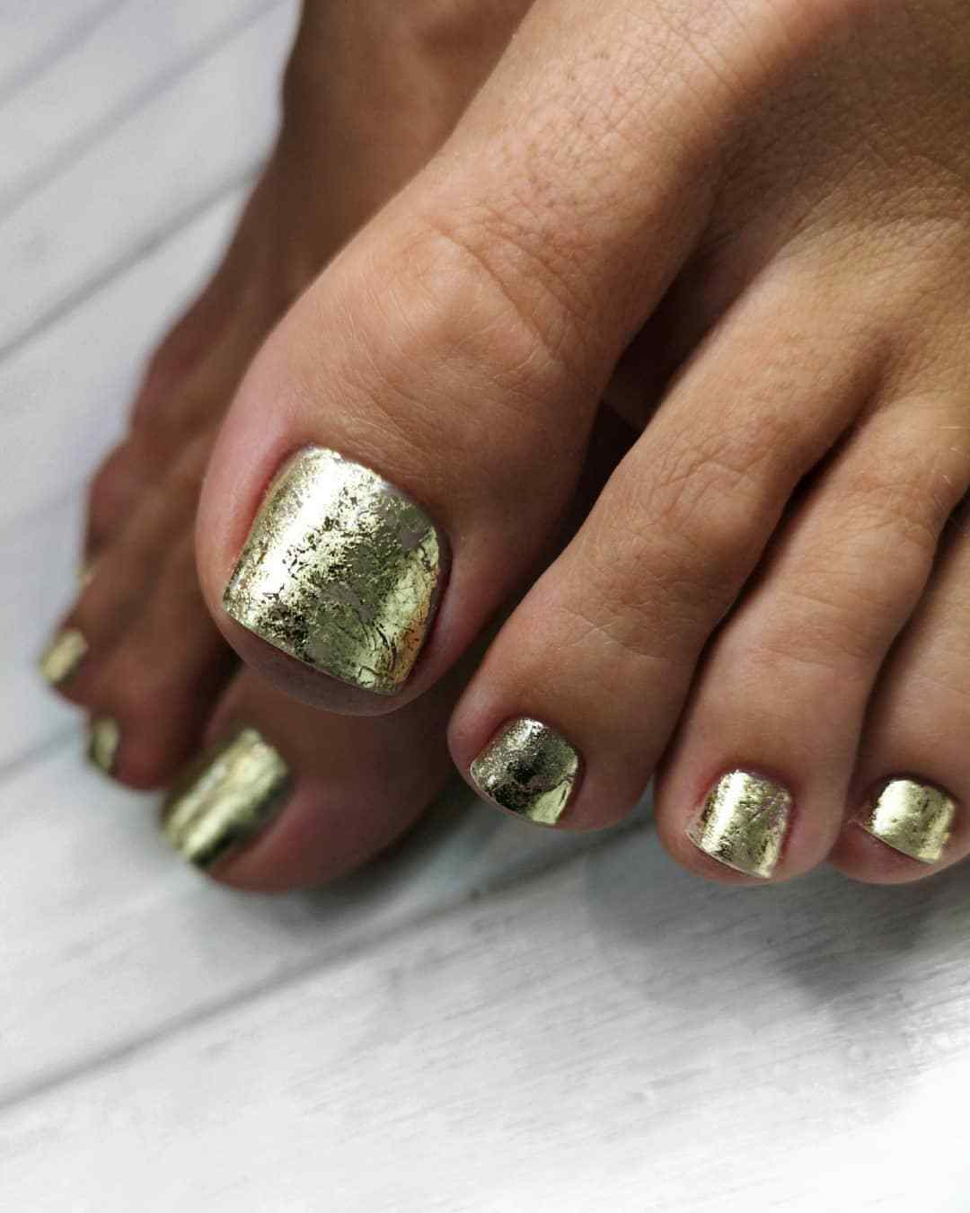golden toe nail decoration