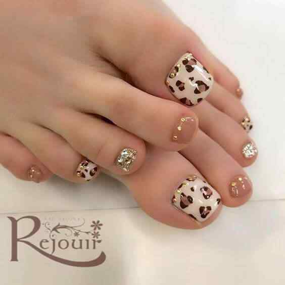 Decorated toenails animal print