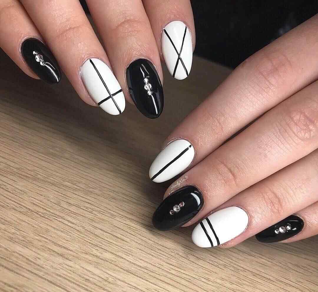 decoración de uñas elegantes blancas y negras con lineas