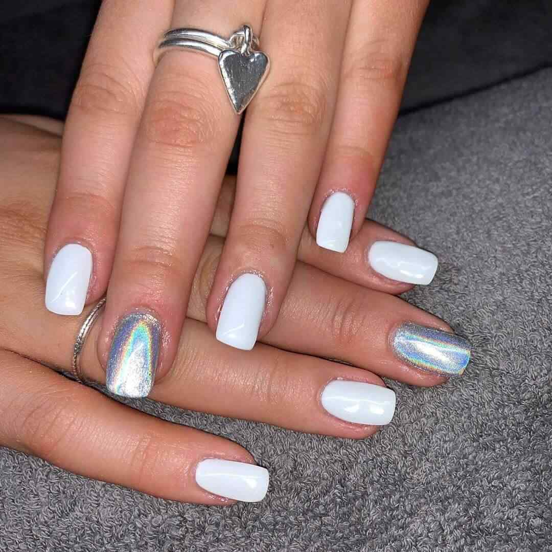 decoración de uñas elegantes blancas y plateadas metalizadas