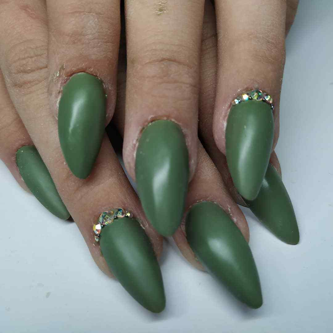 decoración de uñas elegantes mate verde militar oscuro