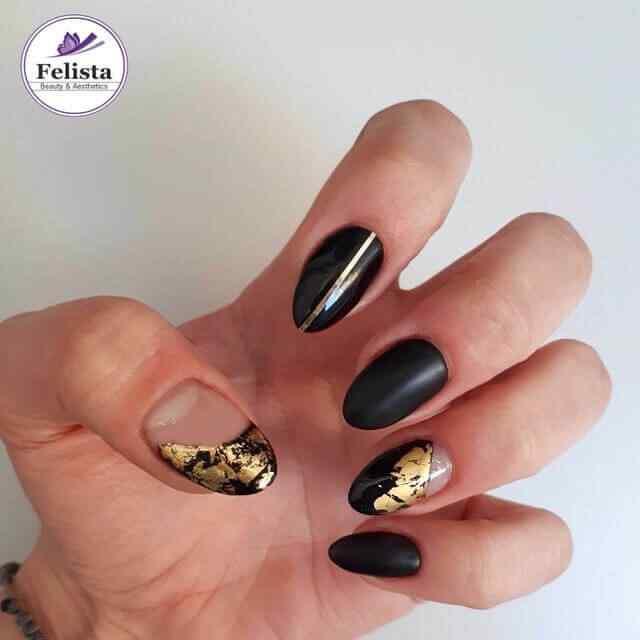 decoración de uñas elegantes negras y dorado