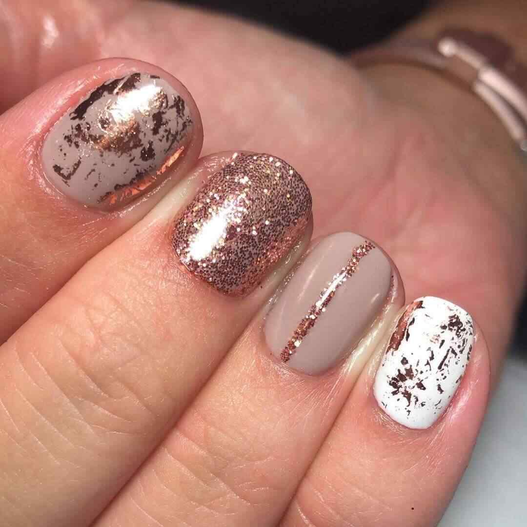 diseño uñas elegantes cortas imágenes doradas blancas lineas