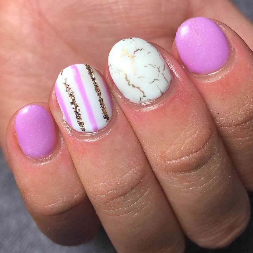 fotos uñas elegantes cortas rosa dorado marmolado lineas
