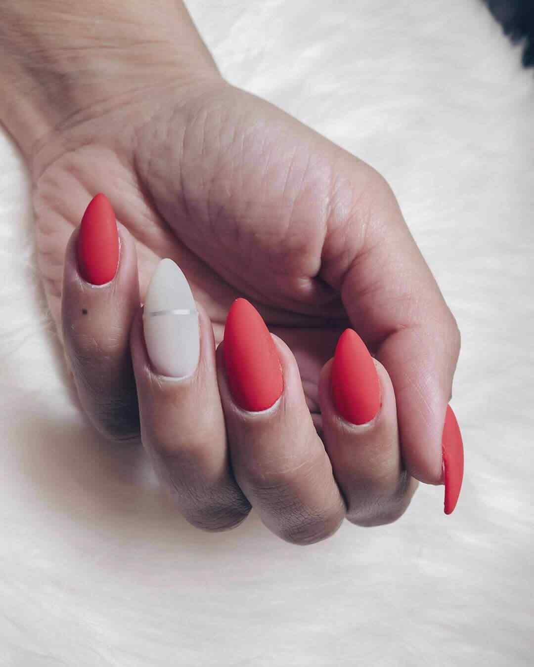 uñas decoradas elegantes rojas labial cinta blancas
