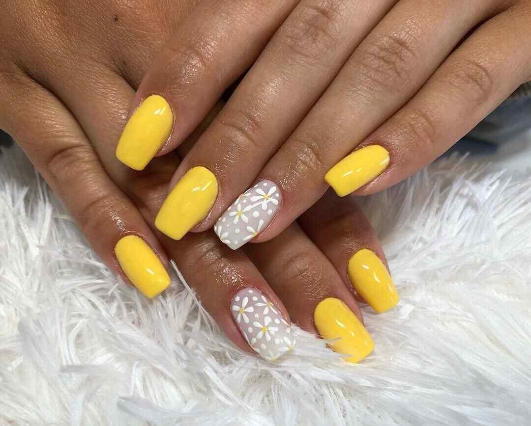 uñas elegantes amarillas
