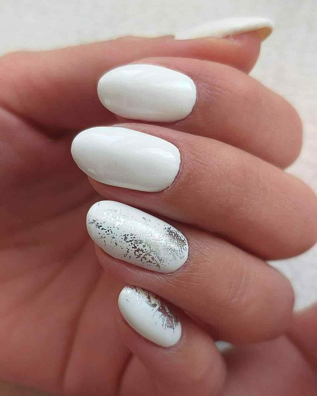 uñas elegantes blancas con plateado