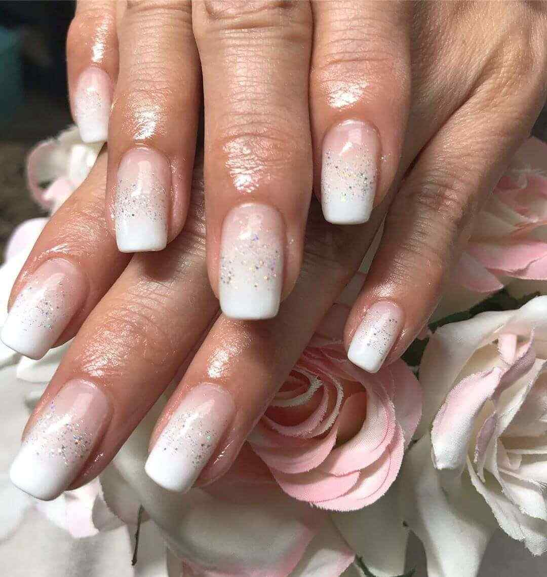 uñas elegantes diseños blancas degradadas ombre brillitos