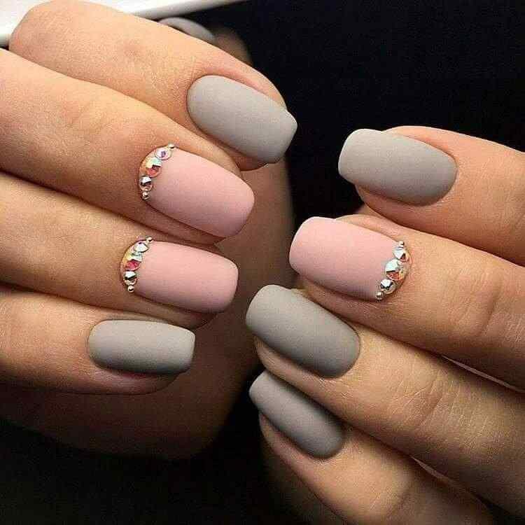 uñas elegantes mate gris y rosa o nude