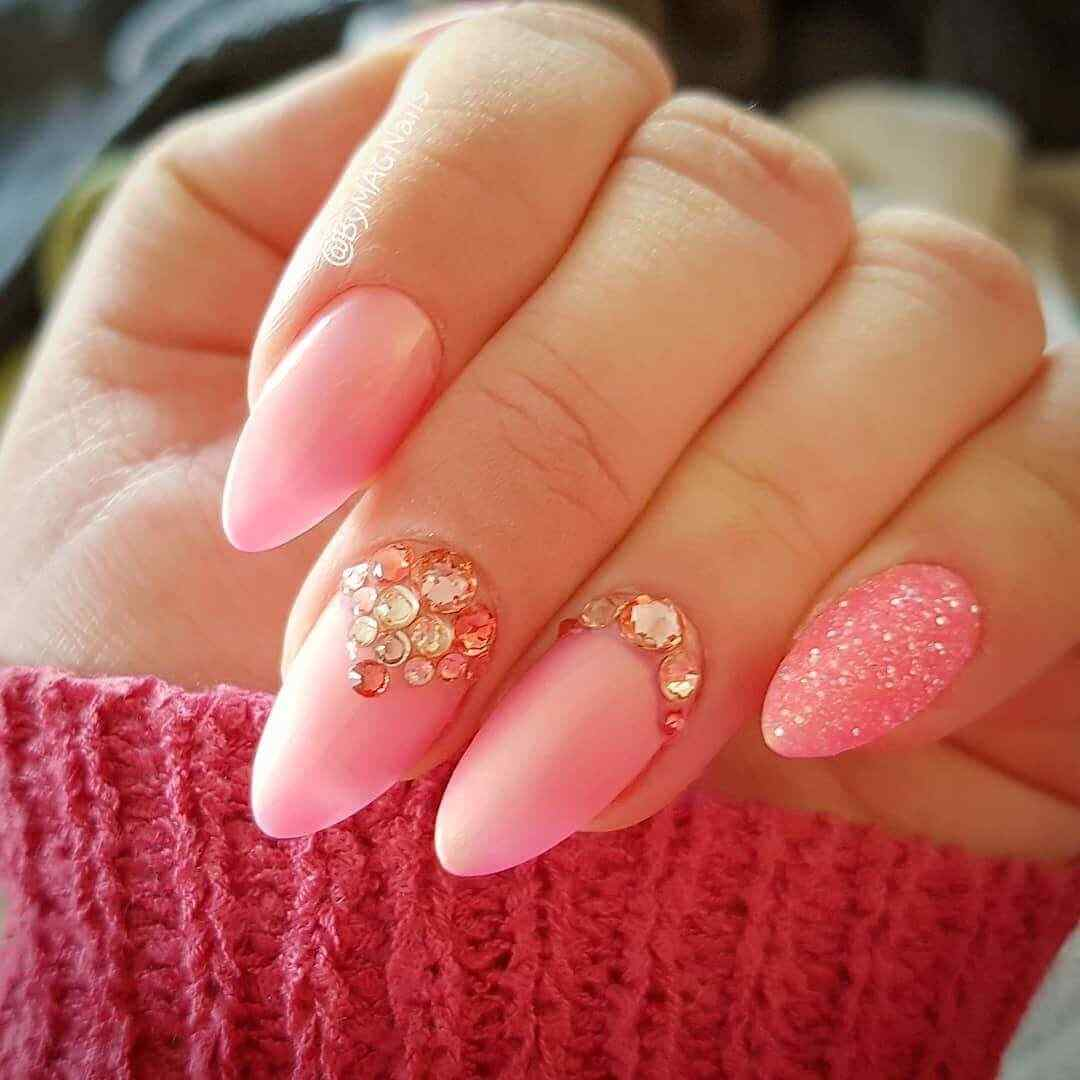 uñas elegantes rosa con piedritas accesorios
