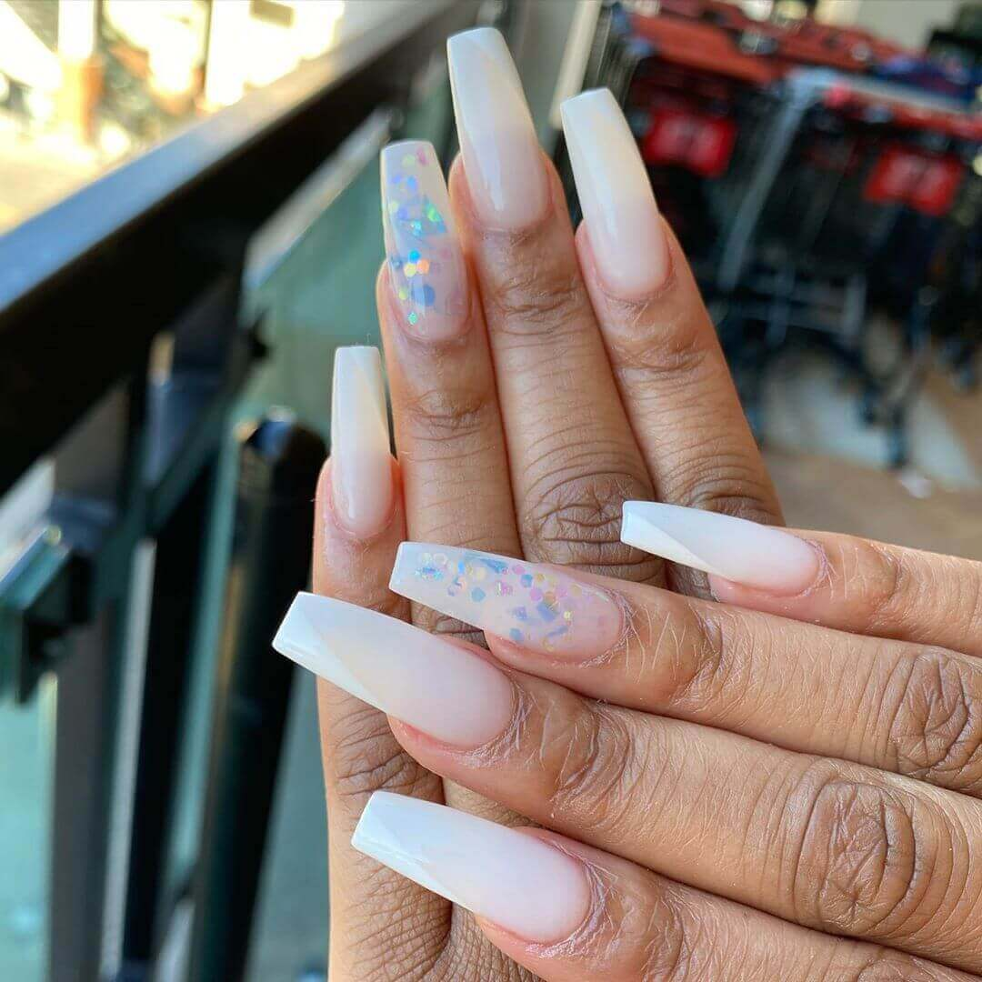 uñas largas blancas con confeti