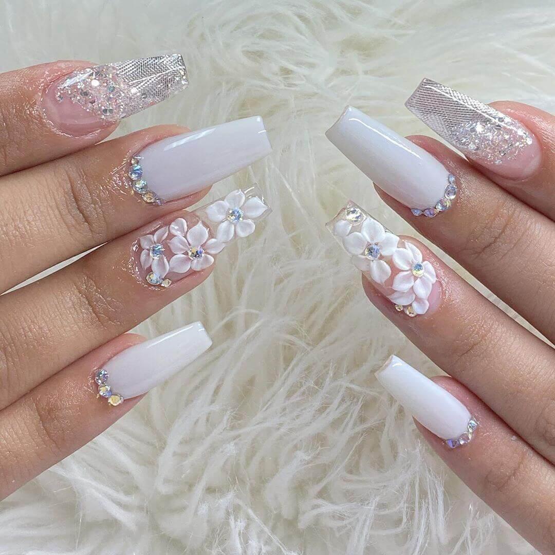 uñas largas blancas con flores