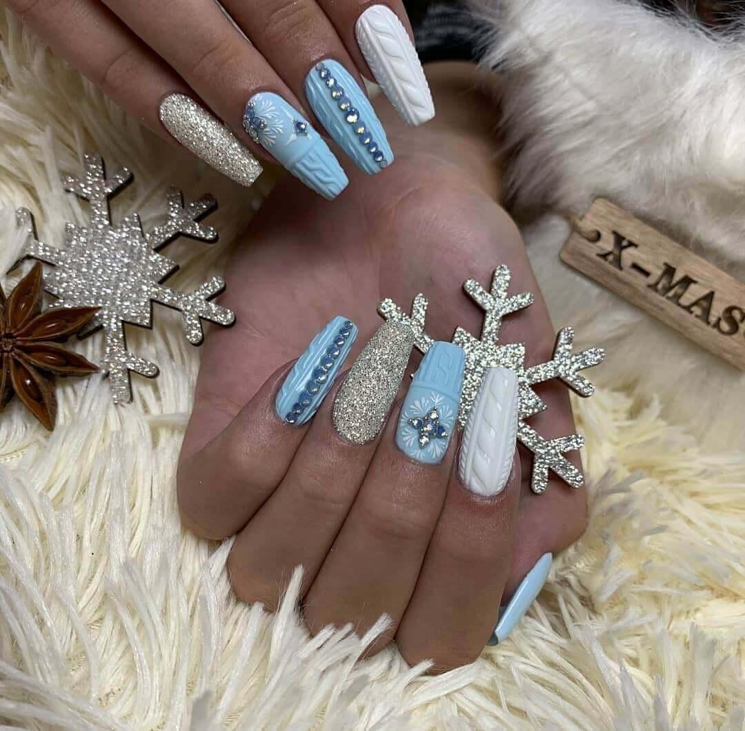 uñas largas celeste y blanca