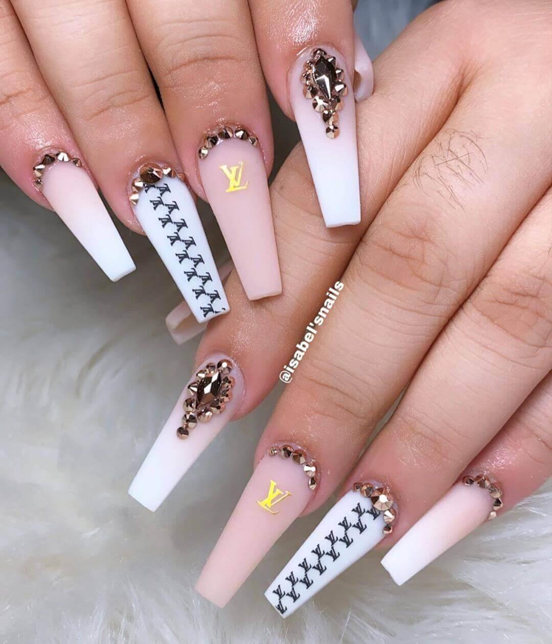 uñas largas decoradas blancas y rosa palo