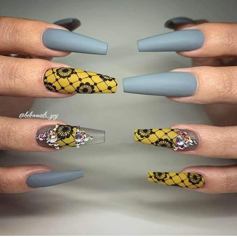 uñas largas en gris y amarillo