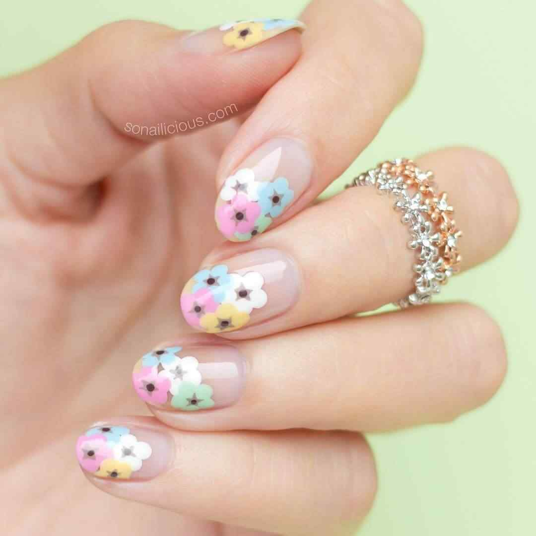 nail decoration with simple flowers