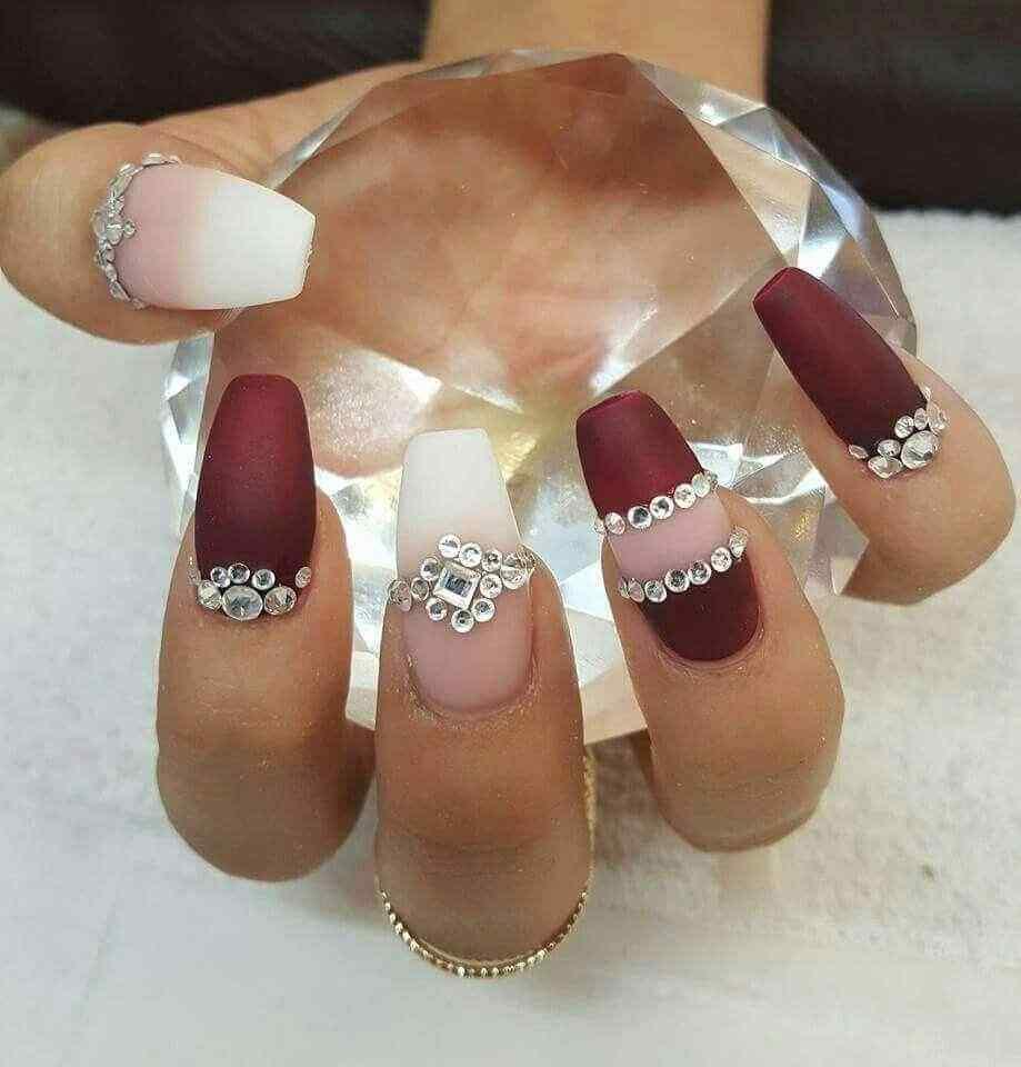 decoración uñas vino con piedras