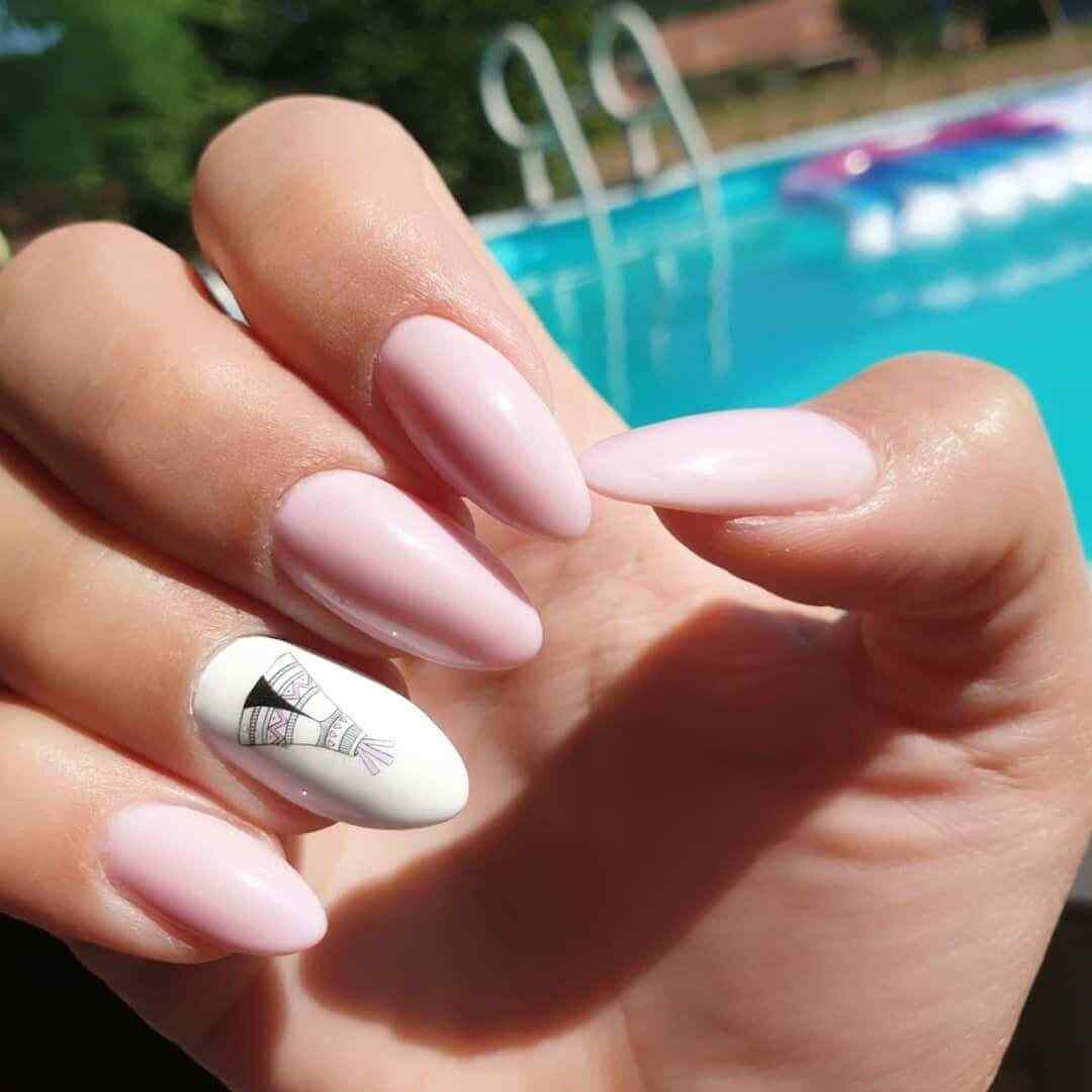 decoracion de uñas naturales con blanco