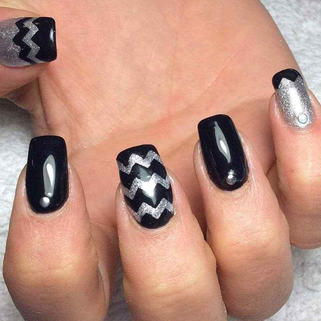 decoracion de uñas negras con plata