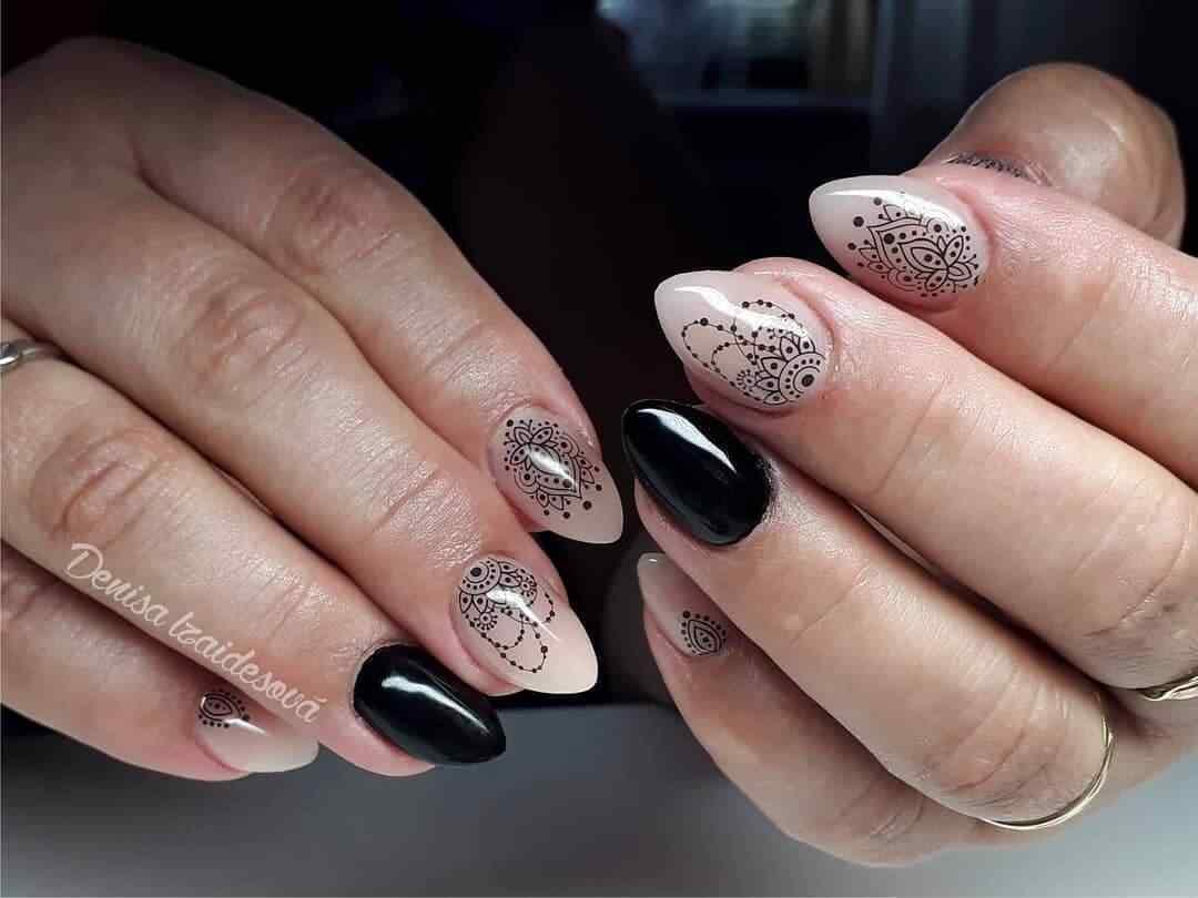 en uñas almendras con negro