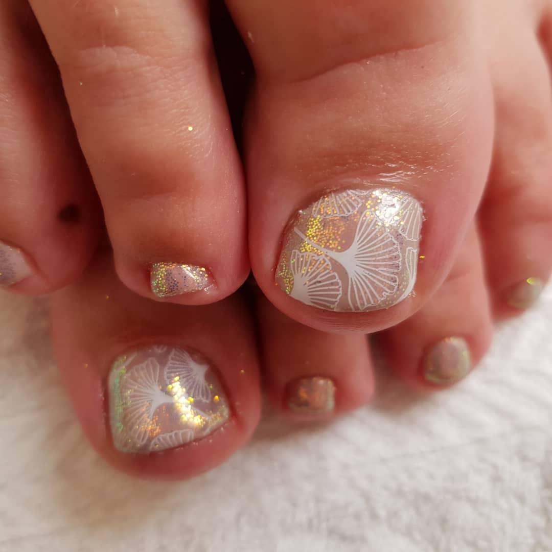 diseño de uñas del pie para novia