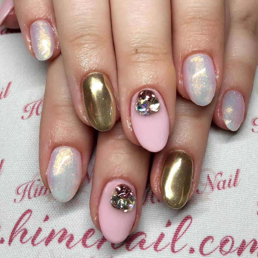 diseño de uñas efecto espejo doradas nude blanco