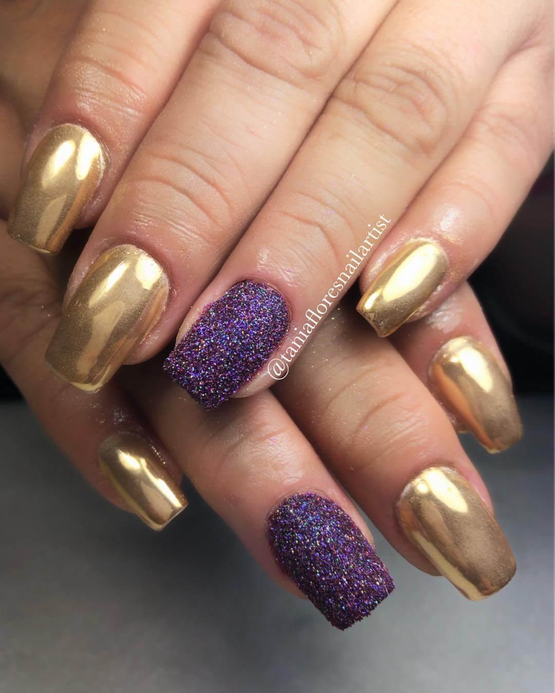uñas doradas efecto espejo con purpura