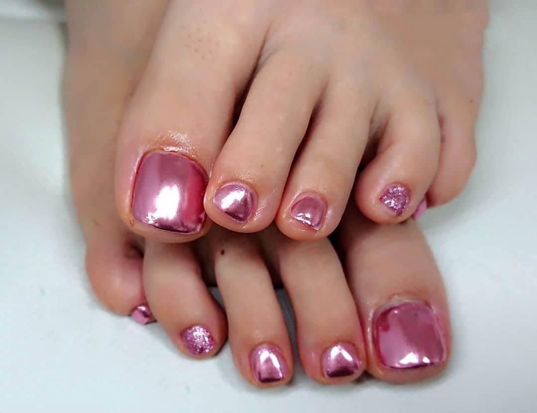 uñas efecto espejo pies rosa